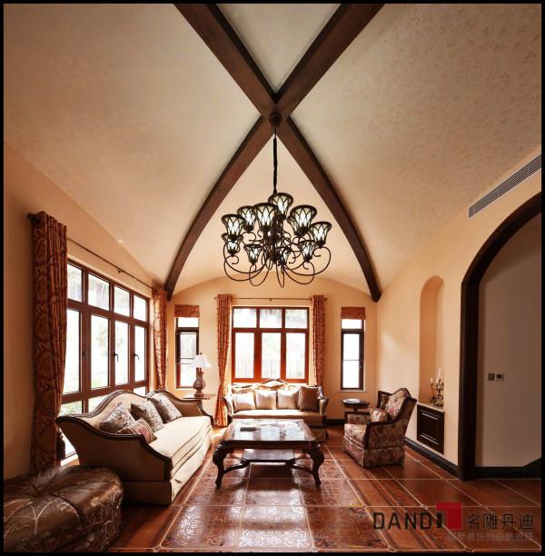 名雕丹迪设计——客厅:以地中海风情为主体,配合传统实木家私,既突显传统风韵,又能体现休闲居家生活。