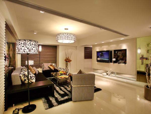 客厅是主人和客人走近屋的第一视觉,所以客厅的设计是最重要的,这款客厅设计得非常大气简约,地毯采用黑白条的图案来点缀。