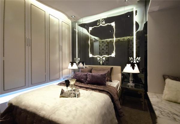 本户型的定位为三房两厅的实用型三口之家,设计以巴黎仲夏为主题,表达一种法国浪漫现代西式主义的时尚风格
