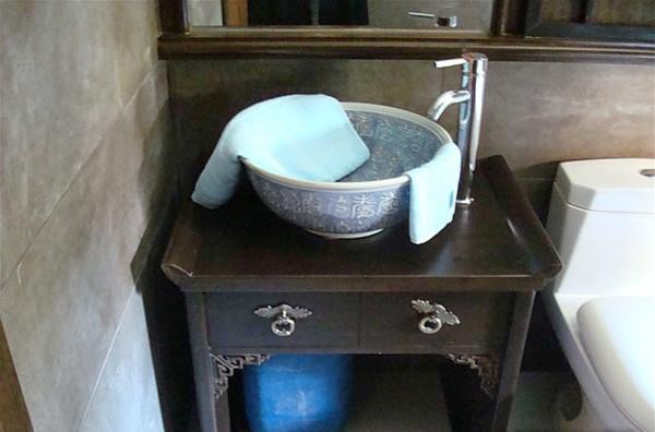 采用青花瓷台上盆,艺术而典雅。