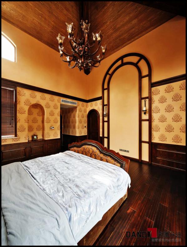 名雕丹迪设计——卧室: 将托斯卡纳风格与西班牙风格相结合,并运用大良的复古材料,即突显贵族气质又适合居家休闲。