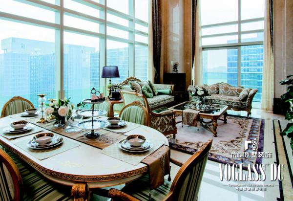 餐客厅 怀旧是一种情怀,古典是一种象征。家具整体采用做旧工 艺的涂装搭配上清新的条纹面料,古典又不失时尚。在墙纸和地毯 的选择上,则选用了经典的大马士革纹,演绎着永不褪色的经典。