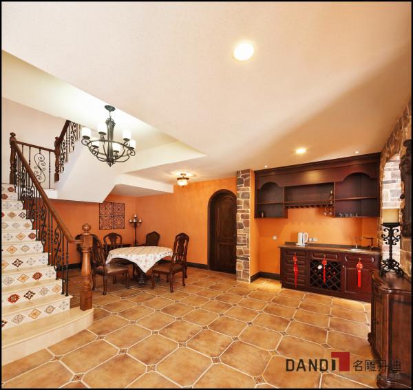 名雕丹迪设计——客厅:将托斯卡纳风格与西班牙风格相结合,并运用大良的复古材料,即突显贵族气质又适合居家休闲。
