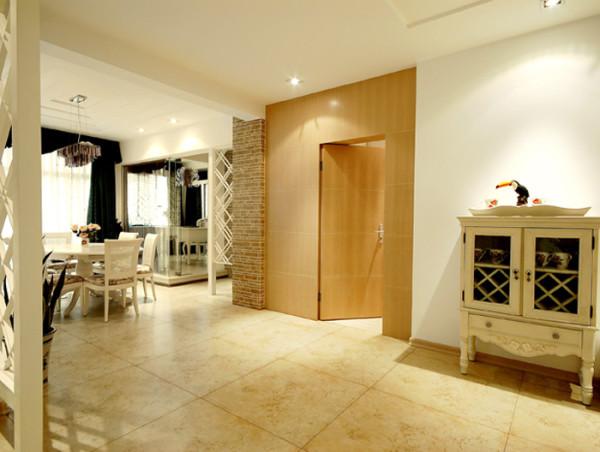 在过道装修中,其地板采用了黄色纹理设计,使这增添了整个空间的立体感与层次感
