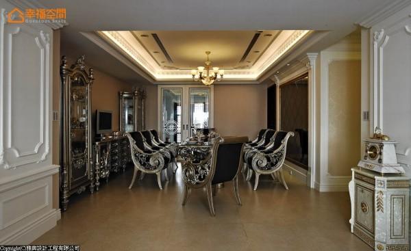 偌大餐厅搭配八人使用的奢华餐桌,以及细致线条的餐具柜、玻璃展示柜,突显法式宫廷的非凡气势。