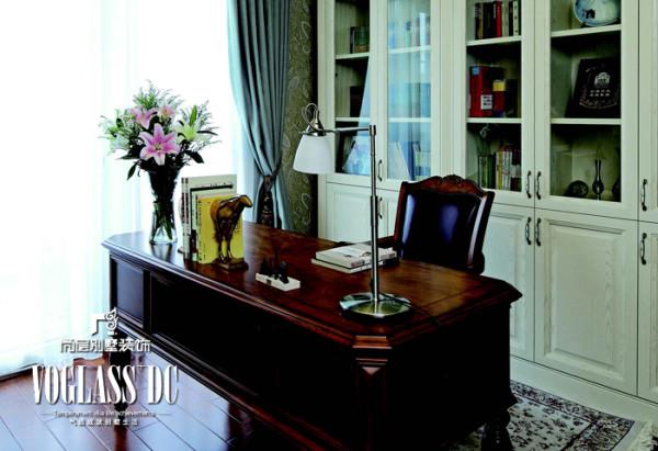 二层书房 墙面的书柜与壁纸都用温馨的米白色。顶面充分 利用空间,采用尖顶设计增添空间的丰富感。顶角石膏线及窗帘的色彩都与墙面壁纸中的色彩呼应。