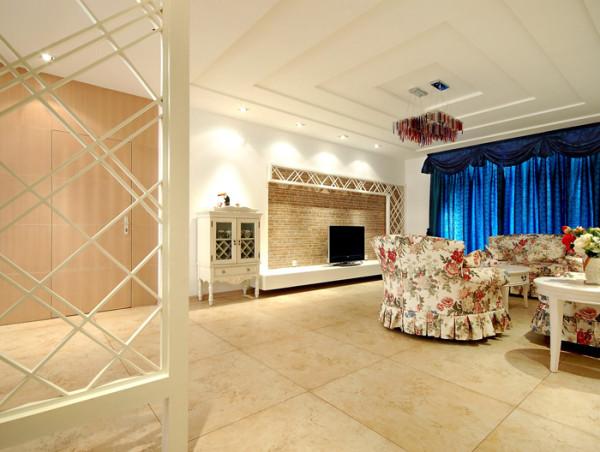 在这套现代简约风格客厅中,设计师并没有采用过多的色彩与装饰,柔软的沙发,配止木质的茶几,给一种清新与沉稳。