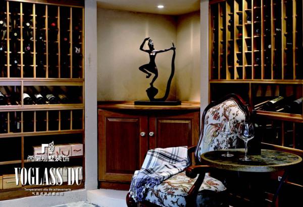 酒窖 墙面怀旧的色彩配以原木色的酒架,就像红酒一样给人以温润的视觉感受。