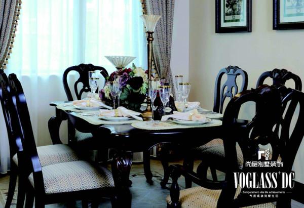 餐厅 在淡雅的就餐环境里摆放栗色餐桌椅,既古典又时尚。鲜花的味道也是生活中不可或缺的,散发出一天的好心情,揭开温馨美好的一天