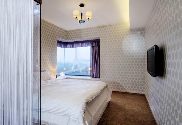 每个卧室都有一个大大的玻璃窗台,窗外风景宜人。立于主卧,拉起窗纱,便可见窗外索拉桥擎于蓝空中。