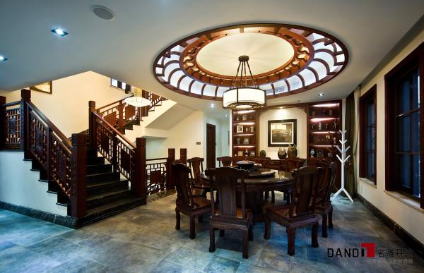 名雕丹迪设计——餐厅:具有明显中式风格的圆形吊灯下放置十张纯实木中式座椅和餐桌。让整个空间处处透露一种传统文化的意境。