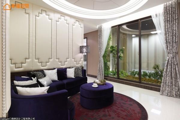 起居室-衔接公、私领域的中介,并邻近景观阳台,以放松的色彩及形式表现,如海湾型沙发、贝壳绷布电视墙的设计。