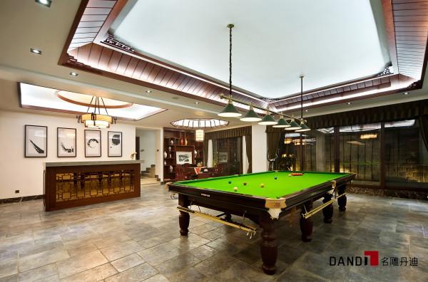 名雕丹迪设计——休闲室:占地面积极大,空间中大面积的留白,赘述,灰不多,灰砖绿瓦间却蕴含悠远的意境。