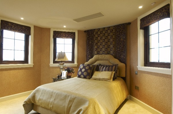 床后绒布的推拉门设计手法,将其较私密性的储藏功能完全隐藏于空间中。