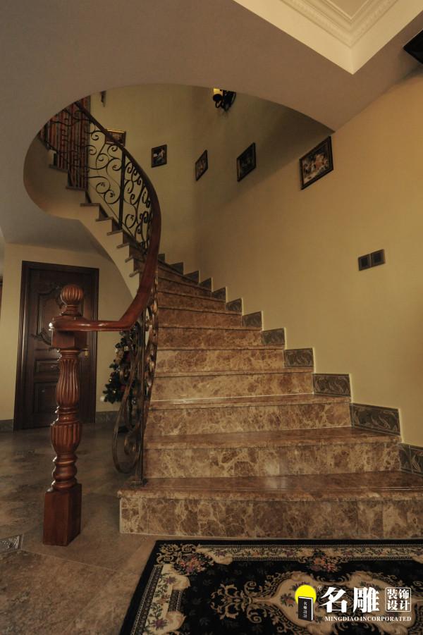 名雕装饰设计———楼梯:仿古砖、铁艺扶手,小型壁画,美式古典之美。