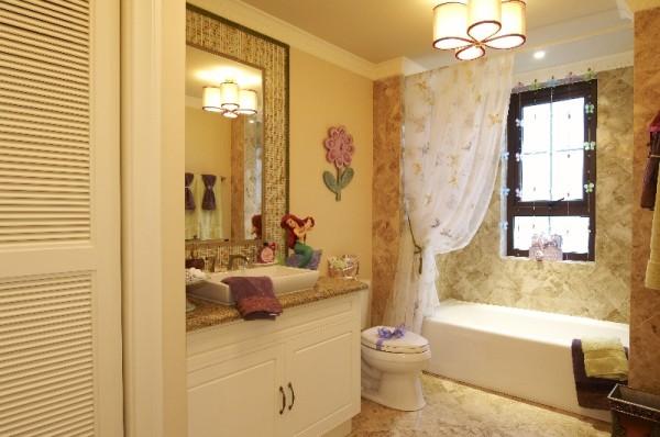 主卧的更衣间里的衣柜内设置了多层次收纳,并配备功能性强的专属化妆台。