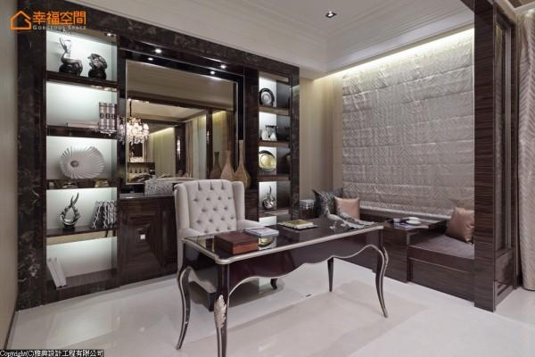 书房背墙的展示柜,特别使用大理石材质框构,利落又大器。
