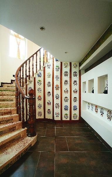 设计师在精心挑选了结实耐用的木质材料,是一款适宜于家中有老人、孩子的别墅楼梯设计模式。