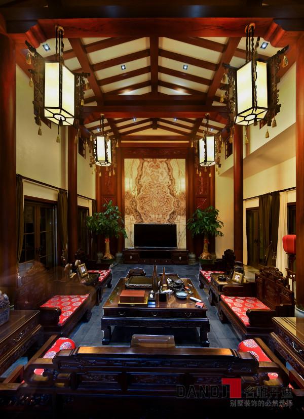 名雕丹迪设计——客厅:金箔六扇屏以及祥云图案的提炼,配合简约古朴的家具,中式传统文化的内涵都被诠释得淋漓尽致,完美地展示了中式文化的美感与历史的积淀。