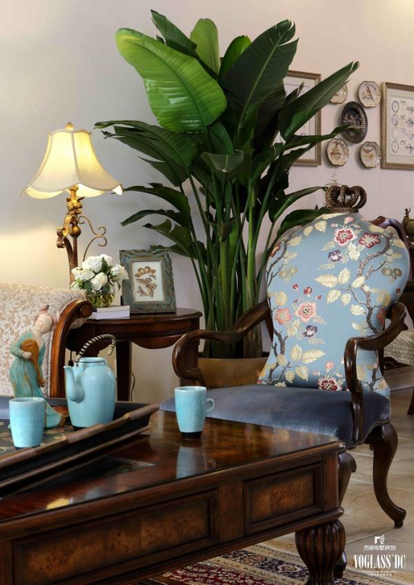 作为闲适、浪漫为主的设计风格,美式风格更多的增加了较多的碎花。这是别墅内的休息室空间,依旧是不同风格元素的完美搭配,颜色依旧以红棕色为主,蓝绿色作为点缀,增加了整体的空间感。