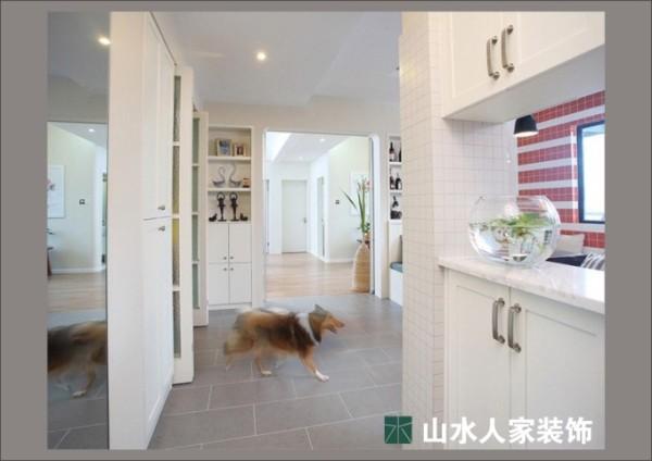 """进门鞋柜,中间镂空放置浴缸,寓意好!业主是爱狗之人,你看家里的""""小伙伴""""在肆无忌惮的到处奔跑着"""