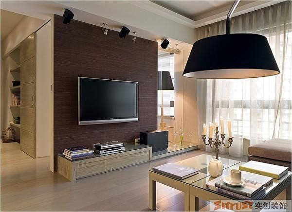 女主人喜欢安静典雅的感觉,所以在造型的设计部分要简洁大方,不能用付款的材质。 设计亮点:在电视背景墙的设计上,不用过多复杂的造型,采用木质北京,和沙发背景墙的乳胶漆形成不同材质的对比效果。