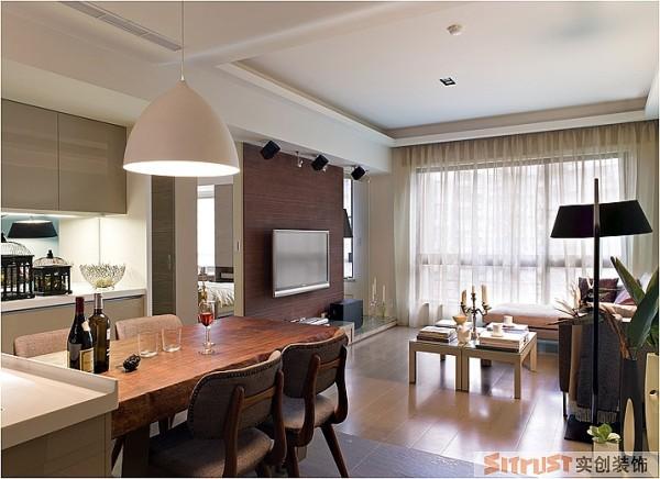 整个空间依然以简洁为主,简洁而不简单,在家具的选择上来突出品质感。 设计亮点:木质的餐桌在整个简洁的空间里显得尤为突出,崇尚自然的质朴感和现代简洁的吊灯相呼应。