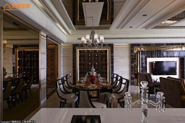 酒柜-深色彩度下的外框设定,采取金箔衬底,在深色与金色的彩度对比之中,运用同样的窗棂概念,表达新东方的大器质感深度。