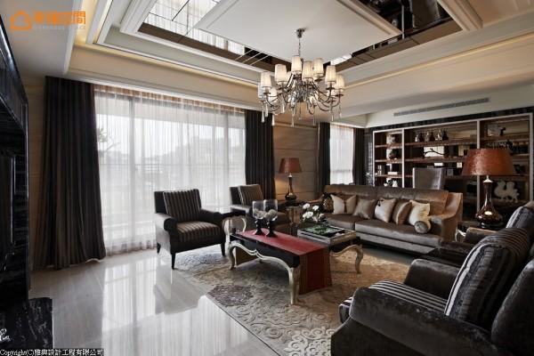 在天花板造型的对应之下,有着完整方正的豪宅格局,中式风格下的镜面切割拼贴,品味淡淡人文雅致。