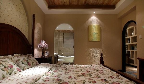 淡黄色的深入浅出,烘托出浪漫的卧室空间。欧式大床、床头柜等家具线条流程,床头柜的现代设计和处理手法,让空间流露出古典、隽永的质感。