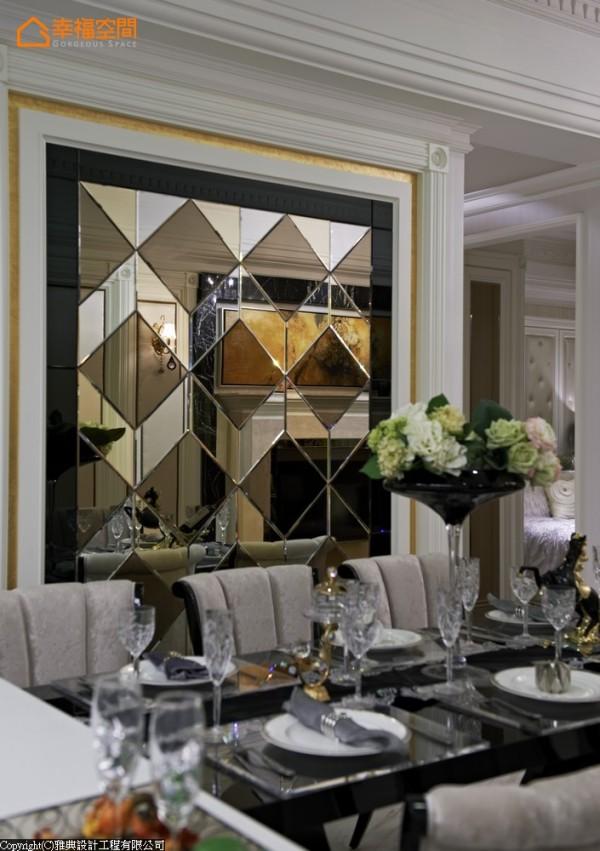 运用明镜、茶镜、灰镜三种水切镜面,构组奢华逼人的壁面端景,试图以现代材质表达古典语汇意涵。