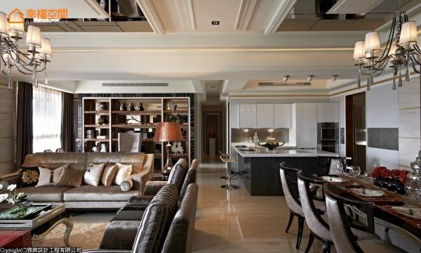 客厅与餐厅各自对应的天花造型镜面界定,藉由贵气金箔的线条框定,收取豪宅独享的视野架构。
