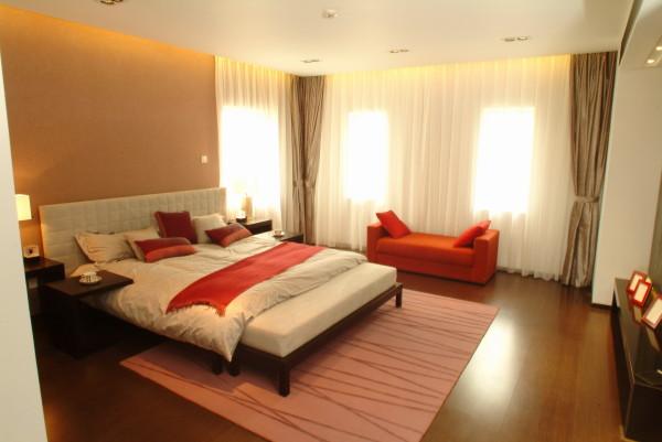 彩色的休闲沙发及饰品为卧室增加了色彩。