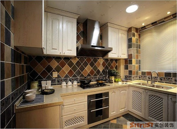 用缤纷的颜色打造一个美丽的厨房,让主妇烹饪美食的时候拥有一个好心情。 设计亮点:年轻夫妇是很少下厨的,但女主人酷爱烹饪美食,也很爱她的厨房,用彩色的小砖搭配纯白的橱柜,给女主人打造一个漂亮的厨房。