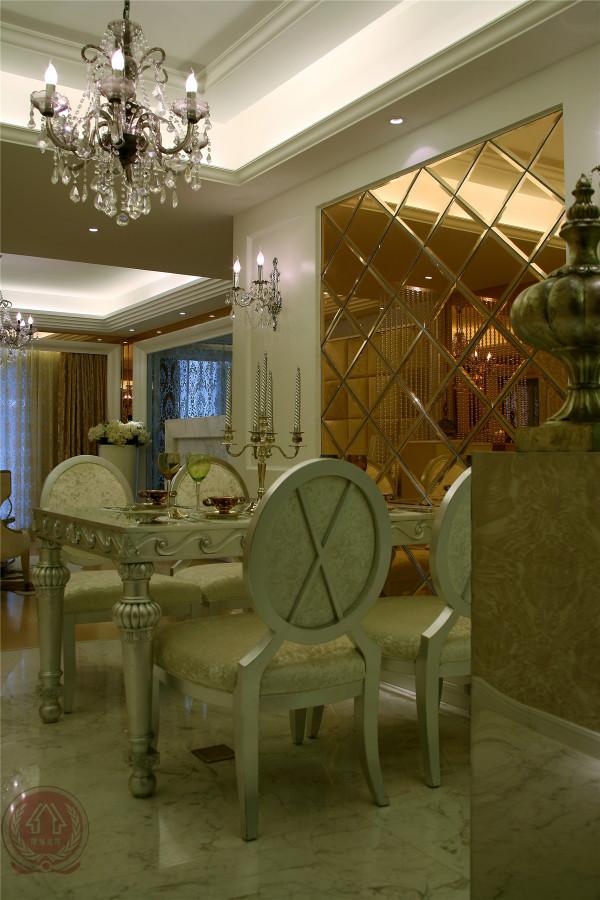 细节的雕琢华丽中带有古典色彩,历史的遗韵袅绕在空间里。例如水晶吊灯和曲线感较重的家具,与室内现代化的装潢形成强烈的对比,年代感的碰撞制造出令人深刻的印象。