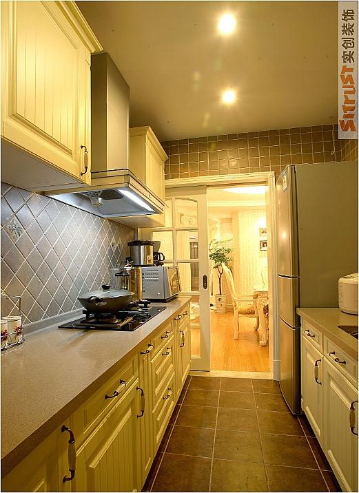 深色墙砖,搭配浅色橱柜。 亮点:简单。温馨。实用。