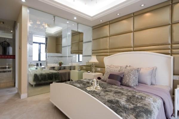 主人房则设计成套房式,宽敞的环境,高品位的室内设计,以及舒适而富有质感的家私,彰显主人的尊贵生活,
