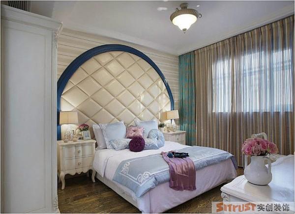 主卧 设计理念:在满足地中海的清新风格的基础上,突出温馨的感觉。 设计亮点:卧室是睡觉的地方,如果完全只是使用蓝色和白色的话在冬天不免觉得有些冰冷,因此在床头背景墙面运用米黄色的软包。