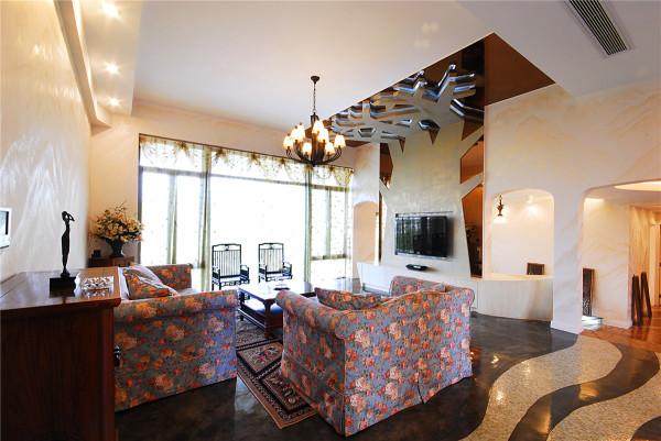 客厅层高3.6米,以一棵参天大树的剪影做为主体背景,彰显茂盛,遒劲。树下根状的装饰条带,寓意延绵不断。餐厅背景用抽象的图案以油画重彩形式来表现充满生机与活力,天花用星空的表现形式加以升华。