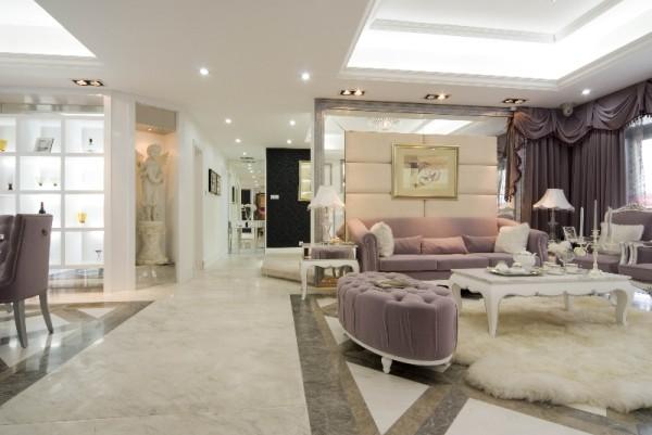 """设计师把宽敞舒适的空间修饰为富丽堂皇的尊贵府第,直接为空间赋予了鲜活的""""性格"""",使得它不再单纯是一所房子,而是一个供人居住和休息的""""家""""。"""