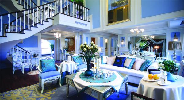 纯白的沙发、座椅点亮了整个客厅的视觉,欧式沙发尽显异域风情的华贵优雅,茶几上蓝色系的桌旗、烛台、餐具的搭配,让整体风格统一又有深浅的层次。