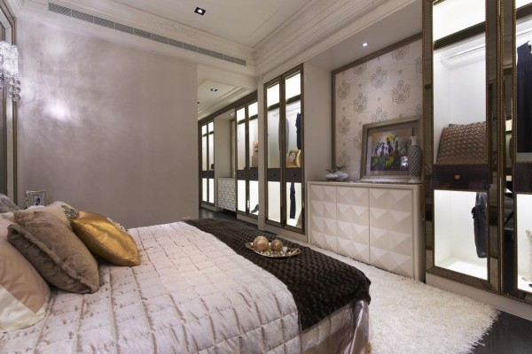 精品手法打造的主卧收纳衣柜,巴洛克式的线板架构与金箔画框构织,中段金属板点缀带出亮丽质感。