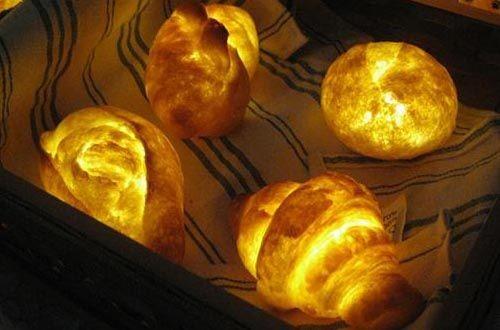 发光的面包灯具让人食欲大增。值得一提的,它采用真正的面包所制,只不过设计师在其外表图上树脂,隔绝空气达到长久保存的效果,在置入LED灯泡,让其变成一盏有食欲的灯。