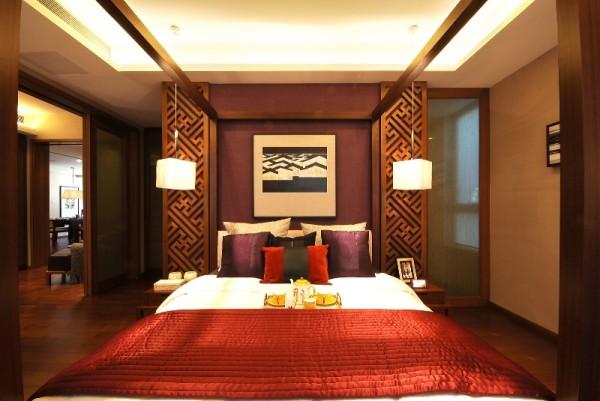 将主卧室设计成了一个集大主卫、书房、更衣间、休息于一体的大套间。