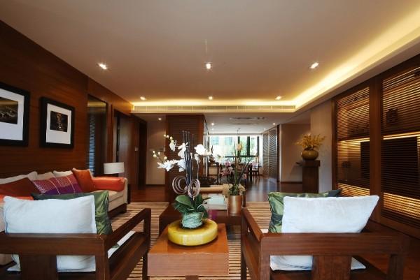 客厅地毯将总体色调与视觉效果融洽连贯。装饰柜的大小比例以及色调都控制得当,让空间气质均匀分布,加上抱枕、装饰挂画、花艺、装饰摆件恰到好处的陈设设计,让整体空间散发出淡淡的儒雅气质。