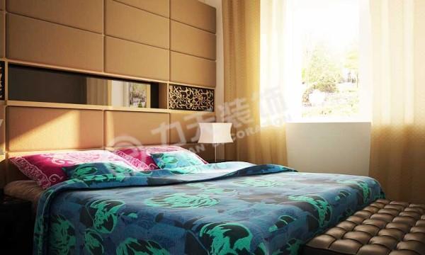 墙面以黄色软包配以茶色镜面,与床体浑然天成的连为了一体。配以或紫色或蓝色的软装。