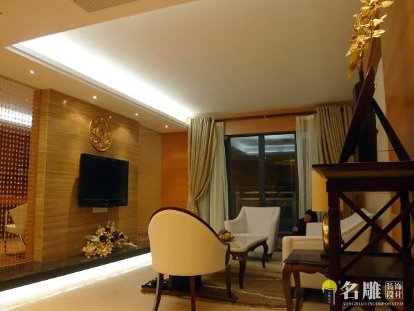 名雕装饰设计——客厅:家具的弧线随着空间的动线在曲与直的碰撞中产生视觉上的动感落差和惊喜.