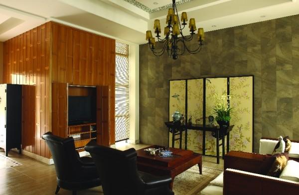 客厅里木作线框使室外景色仿佛置身在画框之中。休息与会客在此同一空间内是主人生活随意的体现。