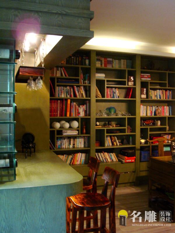 开放式的文化情结与鲜明个性体现无遗。大面墙的书柜,大气的明清桌椅,营造出厚重的文化氛围。