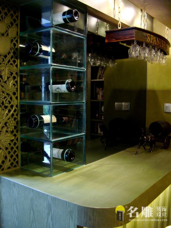 酒柜:书柜旁边是一个田园式的吧台,摆放着主人珍藏的红酒,营造出咖啡屋的舒适休闲感觉。